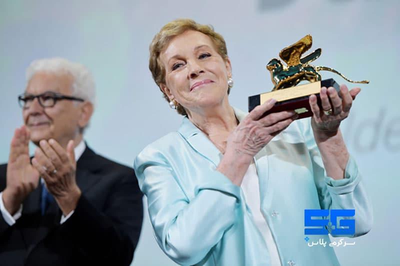 جایزه شیر طلایی در دستان جولی اندروز